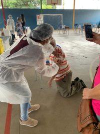 Leia mais:Senhor se ajoelha ao ser vacinado
